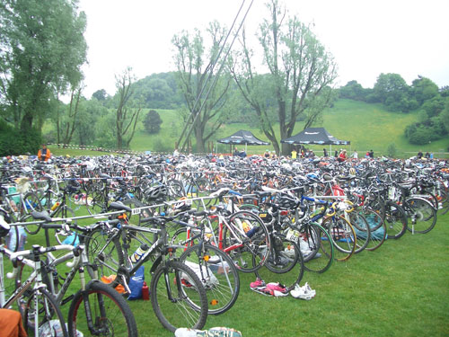 Triathon-Fahrräder in der Wechselzone