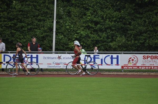 Wechsel vom Rad in die Laufschuhe im Stadion vom SC Königsbrunn