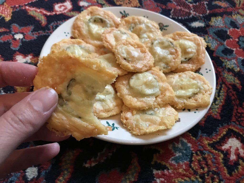 Keto-Chips mit Parmesan und Jalapeno