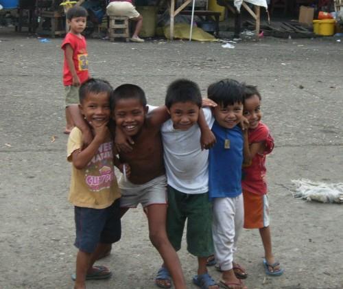 Kinder auf dem Carbon Market in Cebu